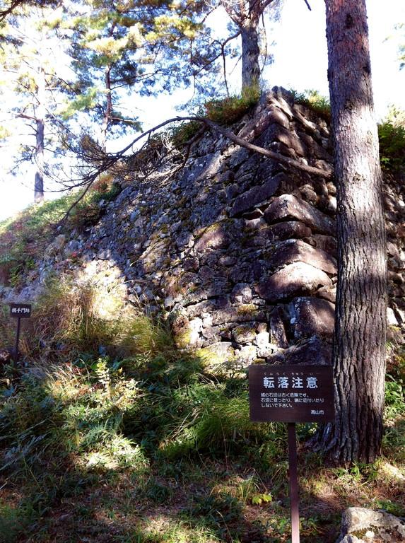 ついに松倉城の豪快な石垣が姿をあらわす