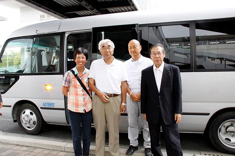 二日目の観光、震災地陸前高田復興事業視察のお世話をいただいた峯澤孝永さん(和歌山OB)ご夫妻と田玉会長、島田顧問。無償提供いただいたマイクロバスの前で