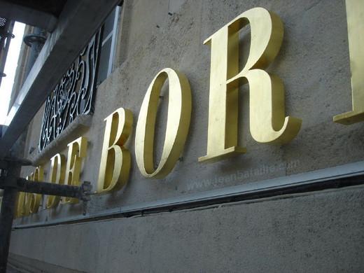 Gros plan sur lettres 3D en feuille d'or