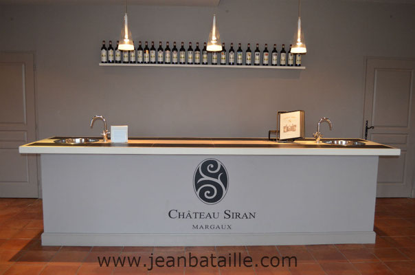 Reproduction du sigle Siran sur bar de dégustation