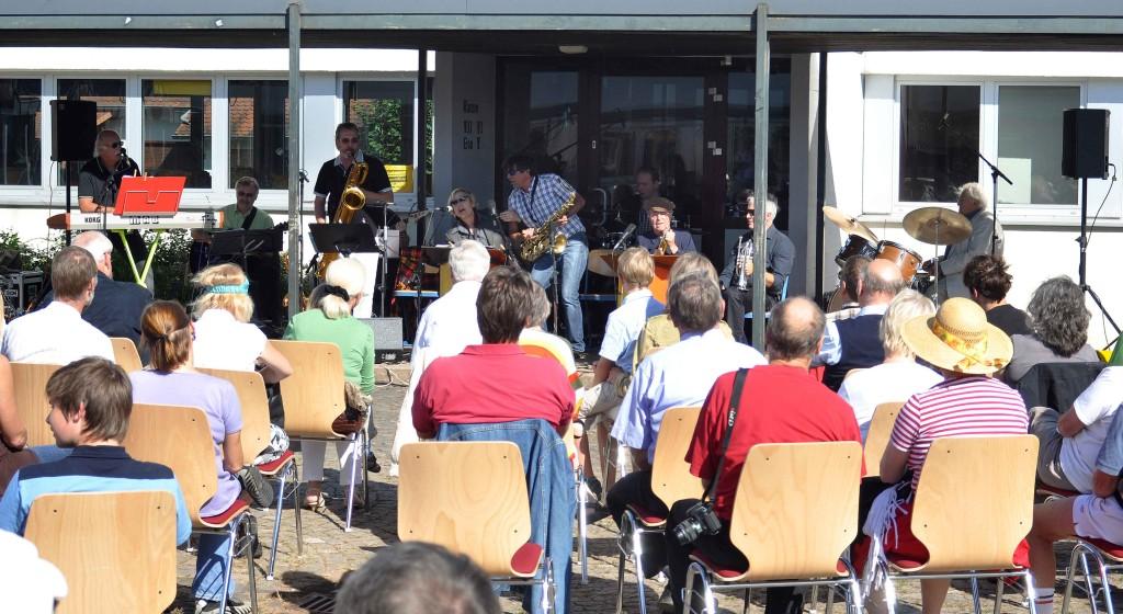 Auftritt im Freien auf dem Gelände der Gesamtschule Niederwalgern