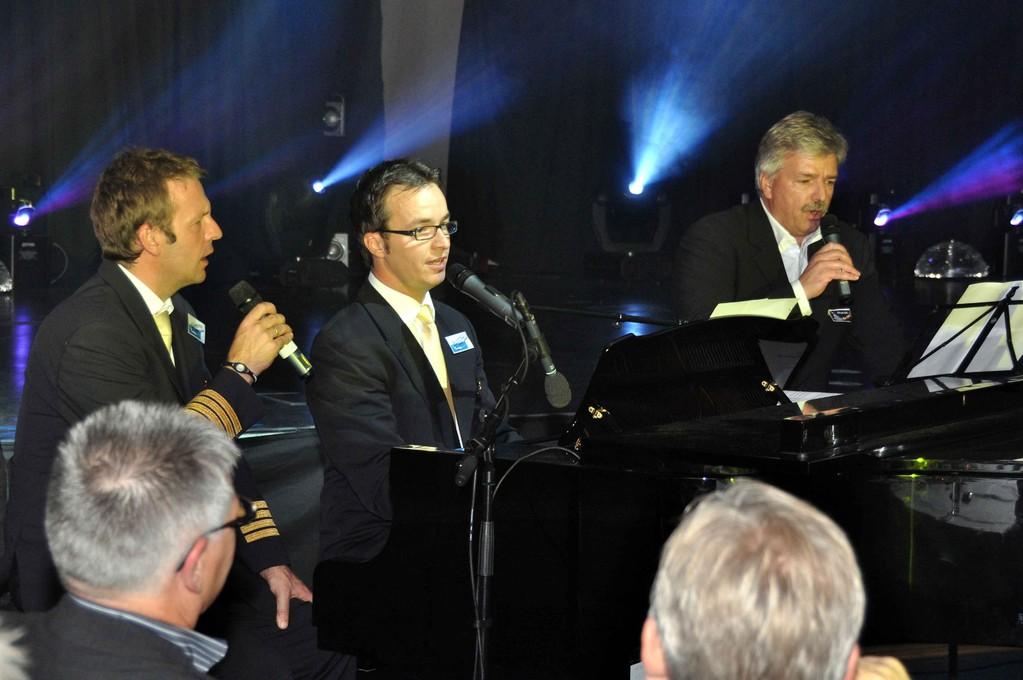 Henning Korn und Matthias Heuser singen gemeinsam mit Bürgermeister Peter Eidam