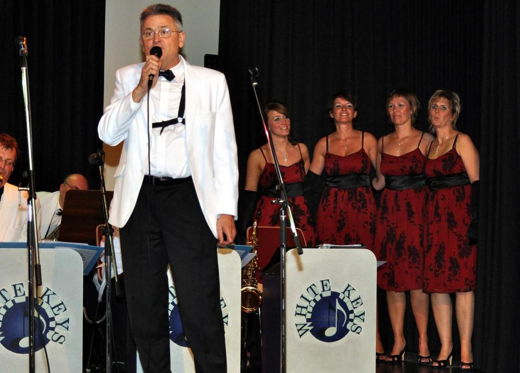 Dr. Reinhard Otter singt mit der Big-Band
