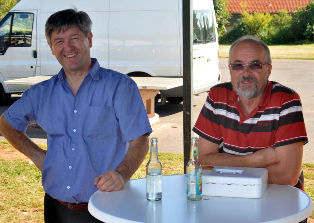 Wilfried Schacherl und Hans Heinrich Heuser an der Kasse