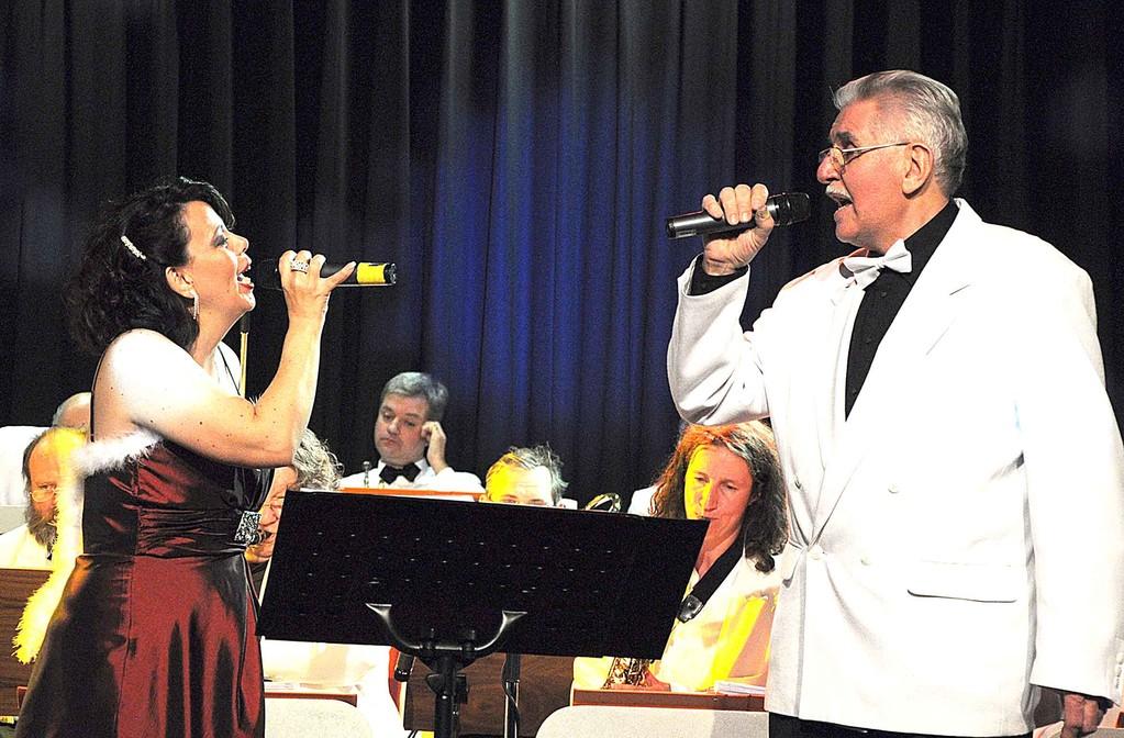 """Sängerin Ulla Keller und Moderator Walter Plamper singen """"White Christmas"""""""