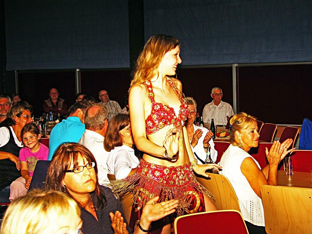 Tänzerin der Bauchtanzgruppe auf Tuchfühlung