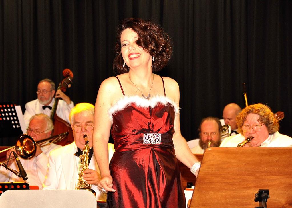 Sängerin Ulla Keller mit der Big-Band