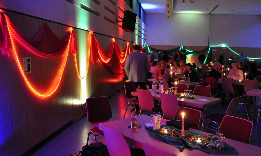Der festlich dekorierte Saal