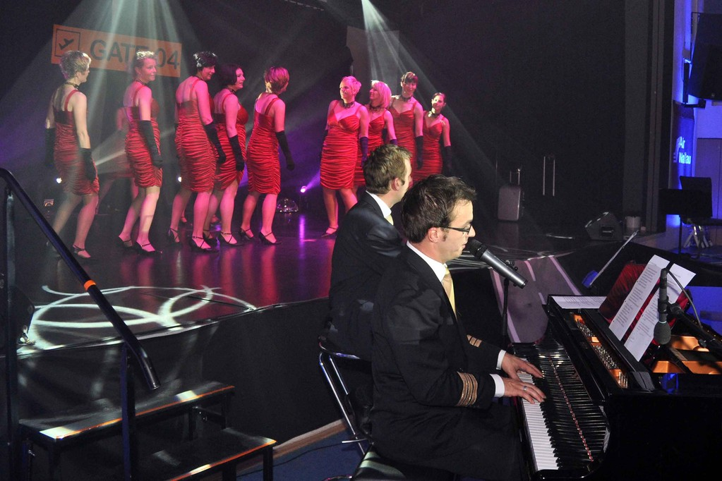 Matthias Heuser und Henning Korn begleiten die Jazztanzgruppe des TV04 Wallau