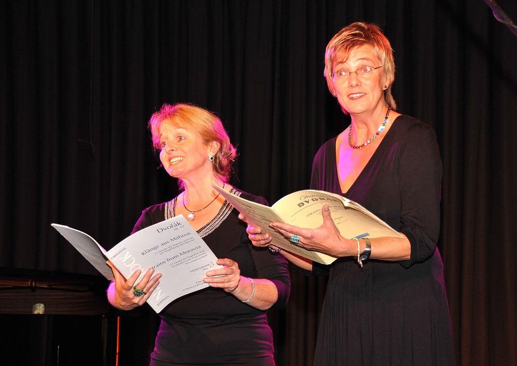 """Heidelore Kunz-Schmidt und Regina Möller singen aus Dvoraks """"Klänge aus Mähren"""""""
