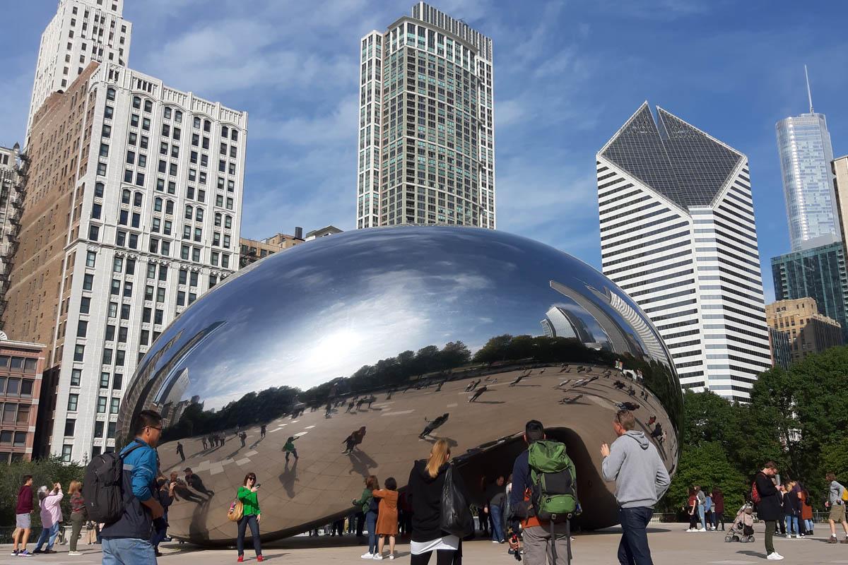 Cloud Gate, in welcher sich die skyline Chicagos spiegelt
