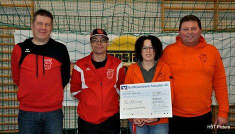 Der vom TSV Fischach veranstaltete TOPSTAR-Junior-Cup brachte 1800 Euro für Kinder in Not. Von l. nach r.: Dirk Weber (Abteilungsl.), Ralf Heggenstaller (Jugendl.), Kathrin Oesterle (Hallenbeauftragte), Wolfgang Hutterer (Gesamtjugendl.)
