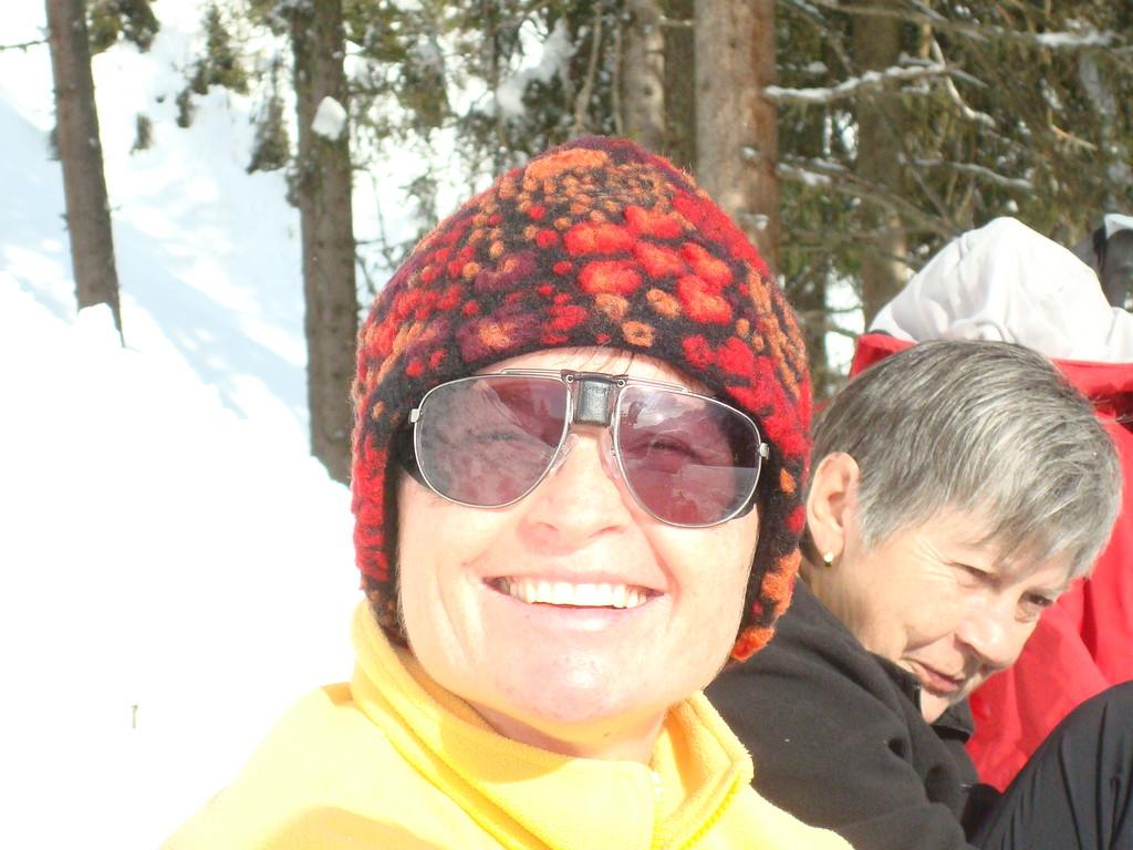 Grund des freudigen Strahlens von Andrea ist die besonders attraktive Brille, nicht etwa das tolle Wetter oder die netteBegleitung!
