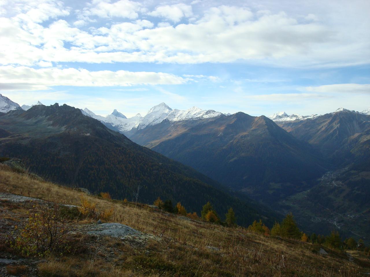 Hinten in der Mitte das schwarze Horn (oben flach) ist das Matterhorn, rechts die Dent Blanche
