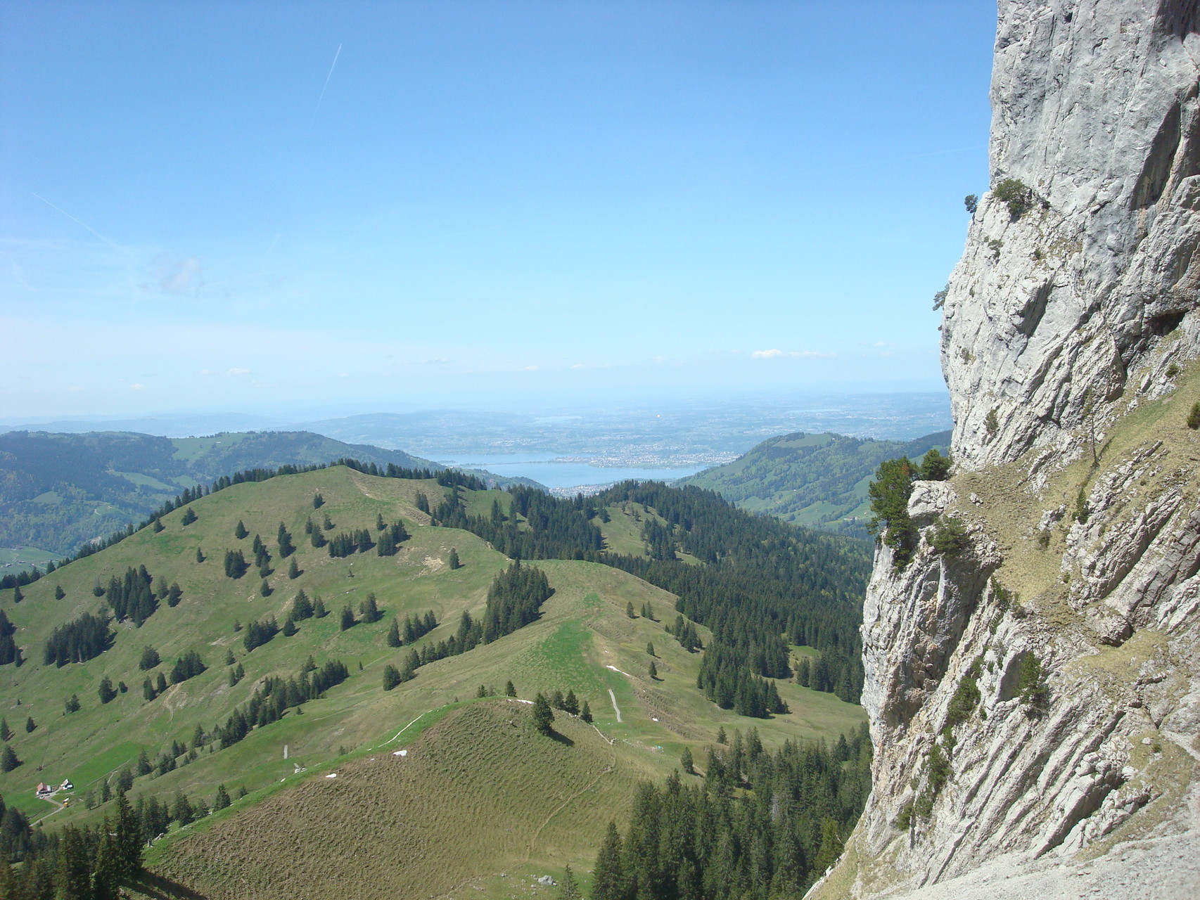 Zürichsee mit Damm von Rapperswil im Hintergrund Greifensee