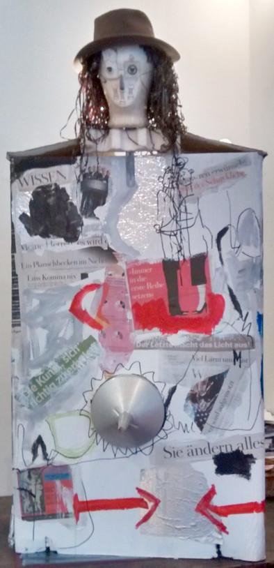 """""""Rede-Box"""" sprechende Installation von Evelyne Knobling und Sabine Gabor, Skulptur von Steph Hardy"""