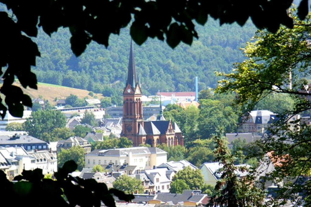 Aue mit St.Nicolaikirche und Gemeinschaftshaus (Mitte rechts)