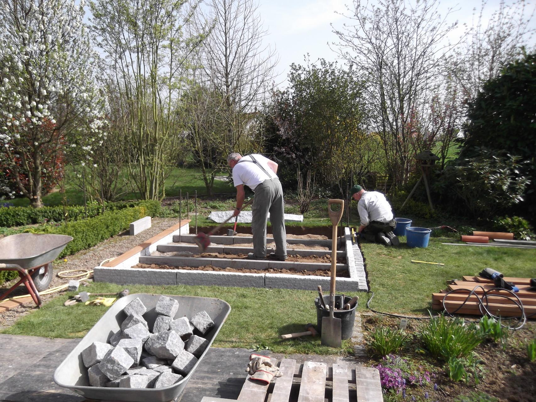 Korfmacher Gartengestaltung lässt ein Gartendeck entstehen: ein Sitzplatz im Garten mit solidem Fundament.