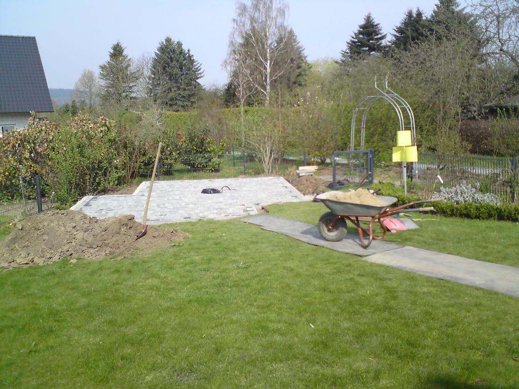 Pflasterarbeiten für den optimalen Stellplatz des Pavillion-Gartenhäuschen.