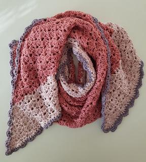 Een shawl wat het Franse woord Soueuse al aangeeft zijdeachtig , dat is precies wat het is glanzend en zacht door de merinowol