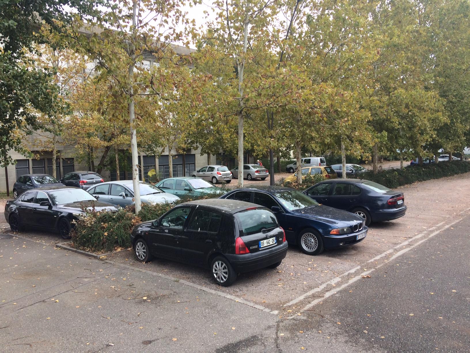 vue sur le parking situé du coté de la grande salle - éclairé et équipé de caméras de surveillances