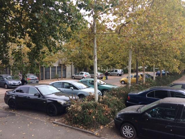 autre vue sur la parking avec l'entrée de la grande salle