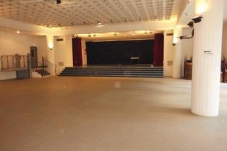"""la salle """"nue"""" vue sur la scène"""