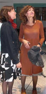 Eva Matti (re.) und Corona Unger (Laudatorin)