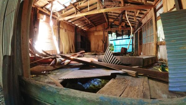 廃屋の中(外から撮影)