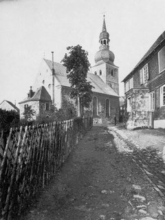 Die ehemalige Ortsschule neben  der Remscheider Stadtkirche um 1900