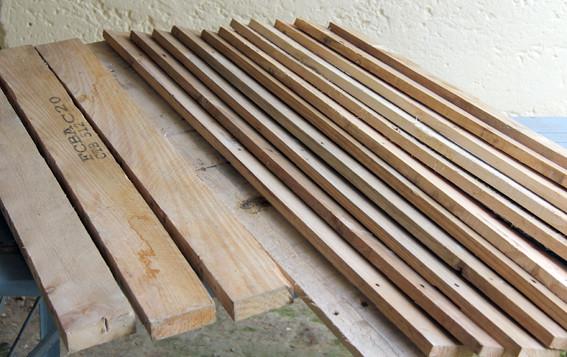 Ruche en palettes, une palette démontée complètedonne  3 chevrons, 12 planches.