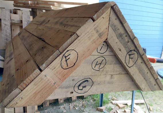 Ruche en palettes, une ferme du toit , ici avec pannes extérieures..