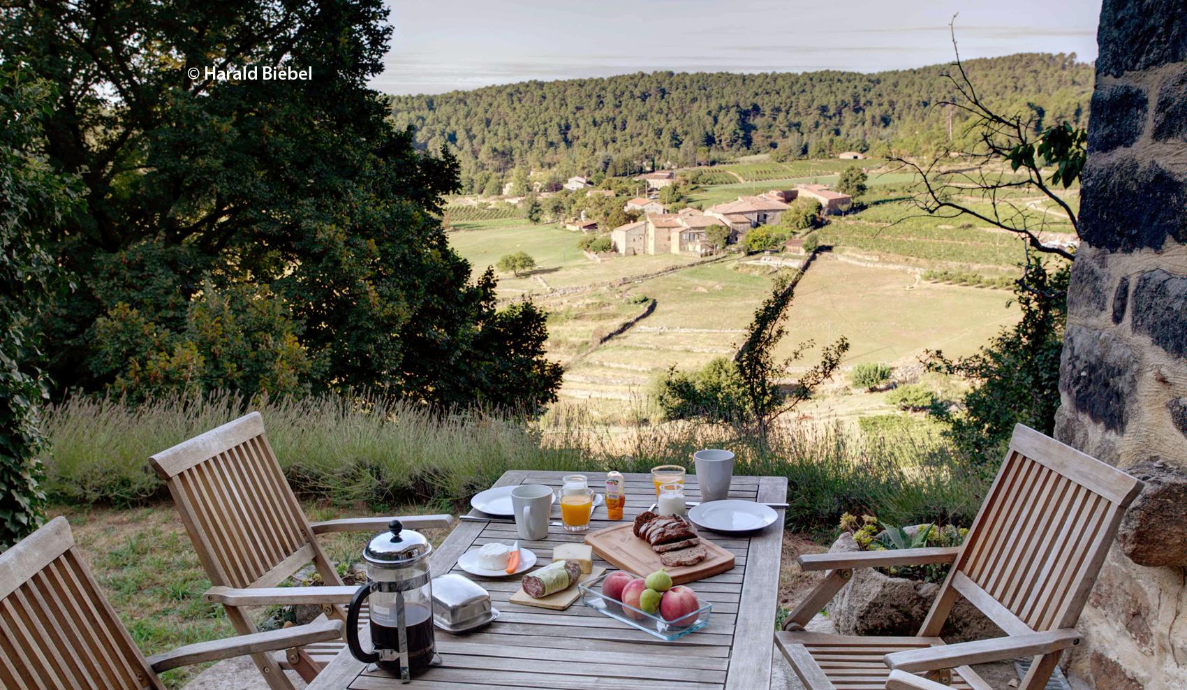Blick in das Tal von einer der drei Terrassen rund um das Haus