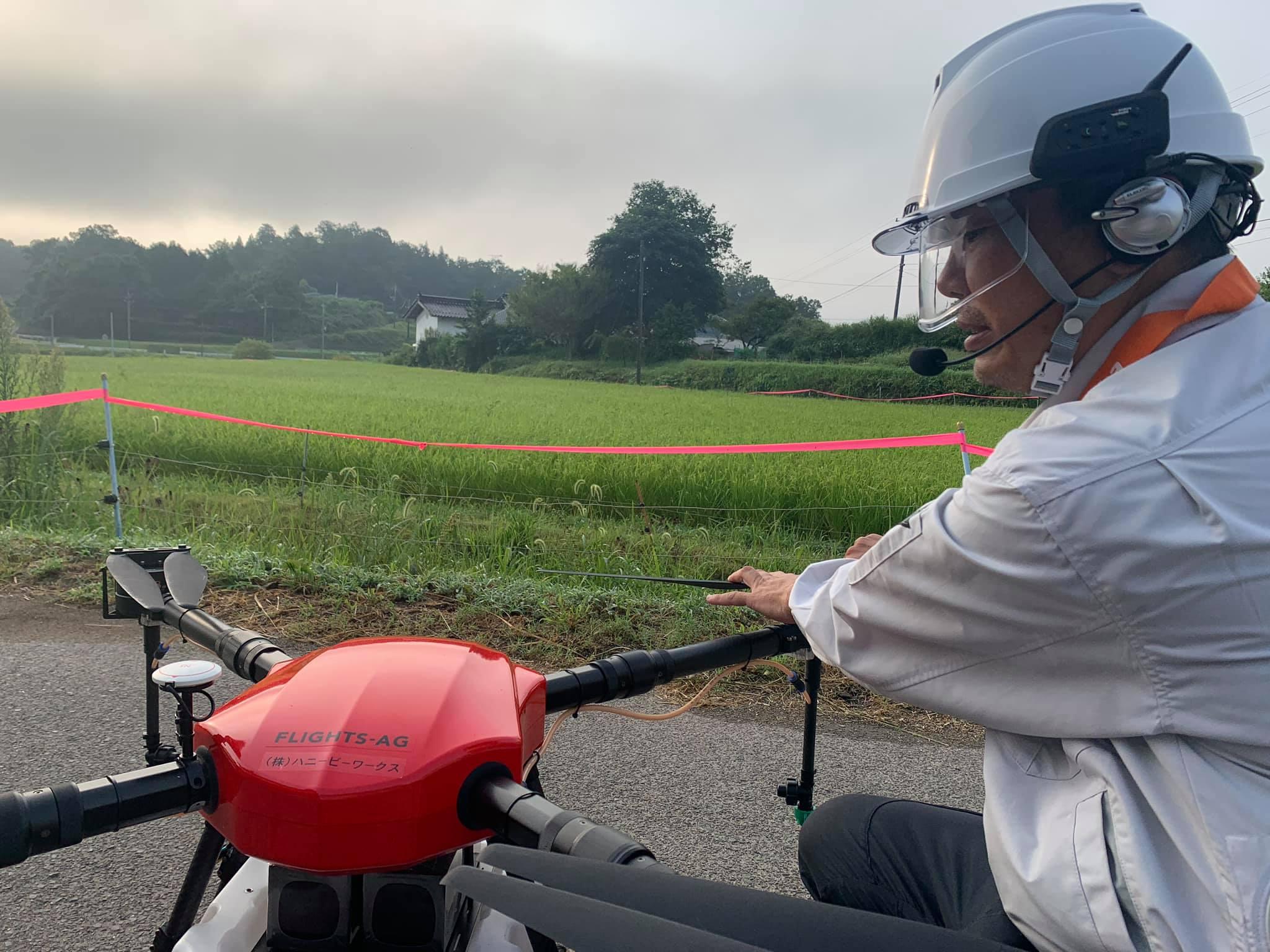 ドローン散布に安全と便利なシールド付きヘルメット