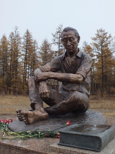 Памятник писателю Дмитрию Сивцеву - Суоруну Омоллоону в Таттинском улусе