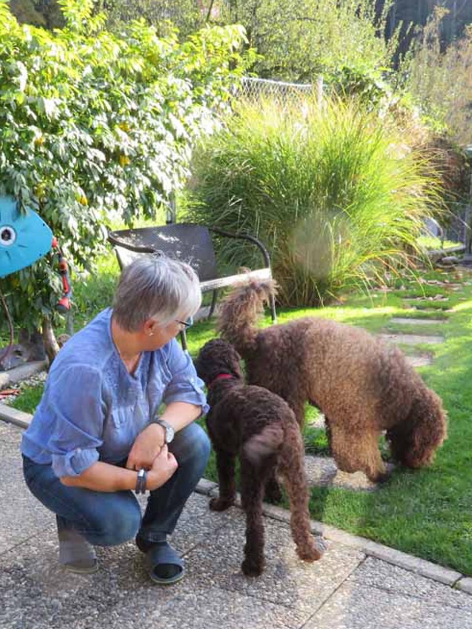 """Glori besucht ihre Oma und """"Hundemama"""" Pierrette in ihrer Wurfstätte"""