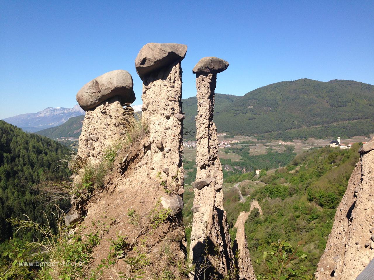 Hohe von einer Porphyrmasse überzogene Säulen.