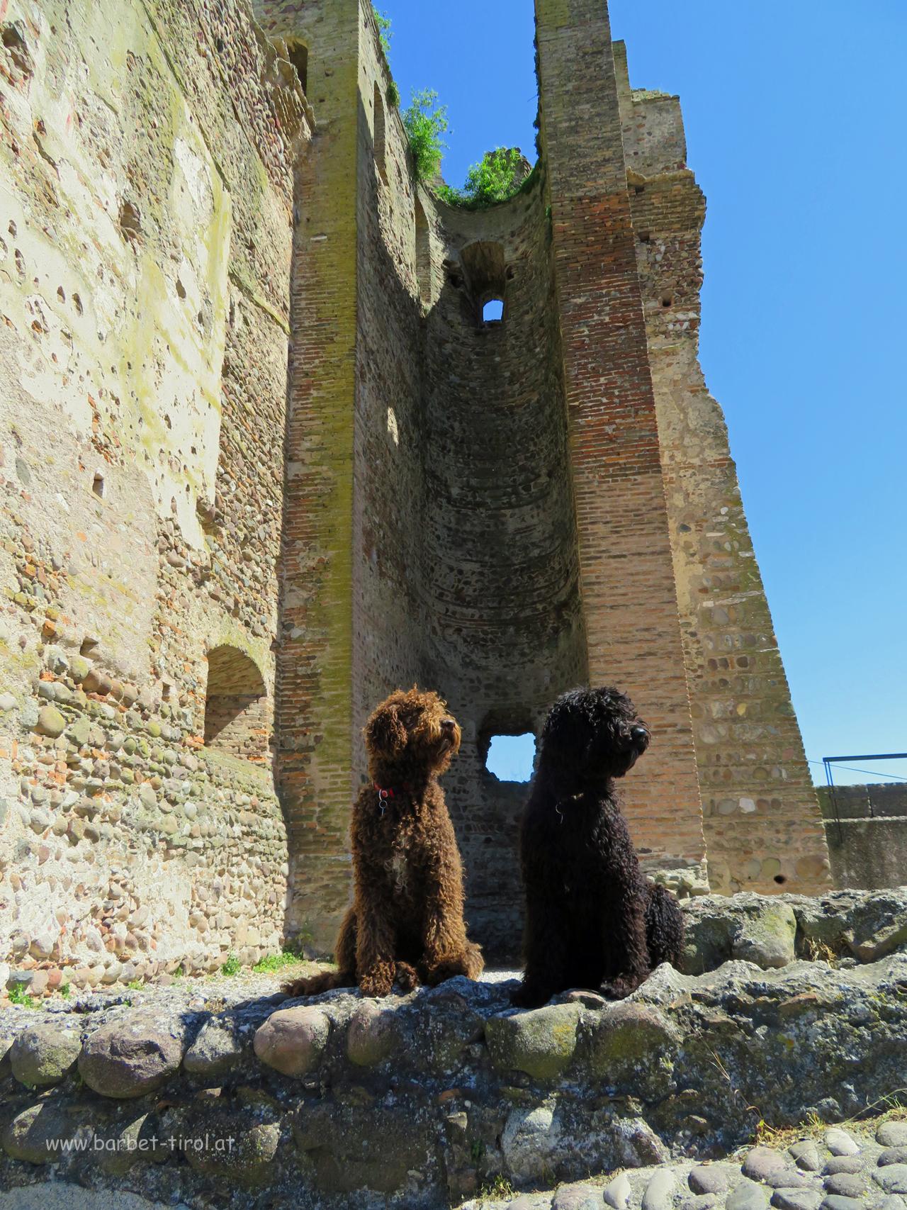 Zwei Burgfräulein am Skaliger Schloss von Valeggio sul Mincio