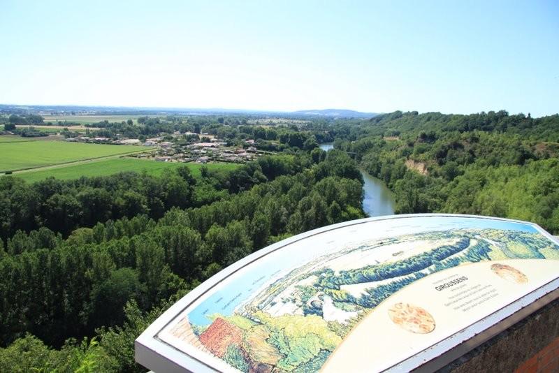 Vue de la place de la mairie Giroussens -  Vallée de L'agout