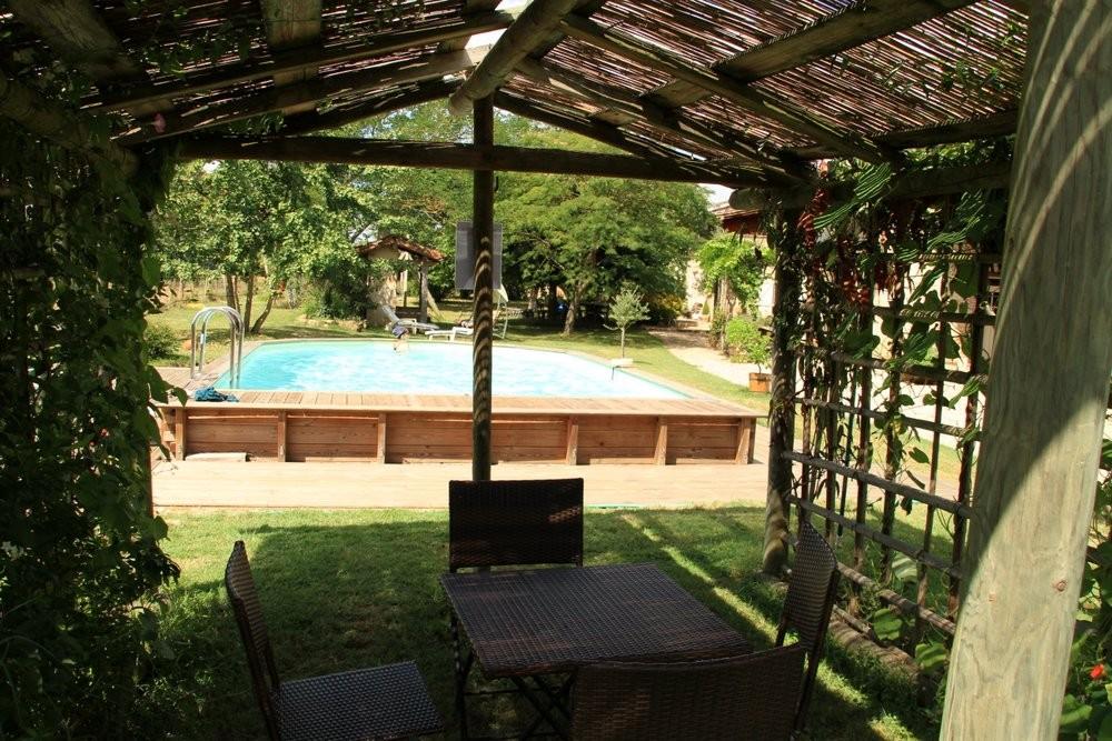 La piscine dispose d'un petit coin salon ombragé pour diner ou surveiller les enfants...