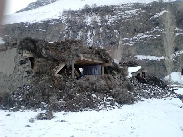 Eingestürztes Haus im Dorf Nisur. Nur die durchdachte und sehr stabile Deckenkonstruktion dieses traditionellen Pamirhauses hat gehalten.
