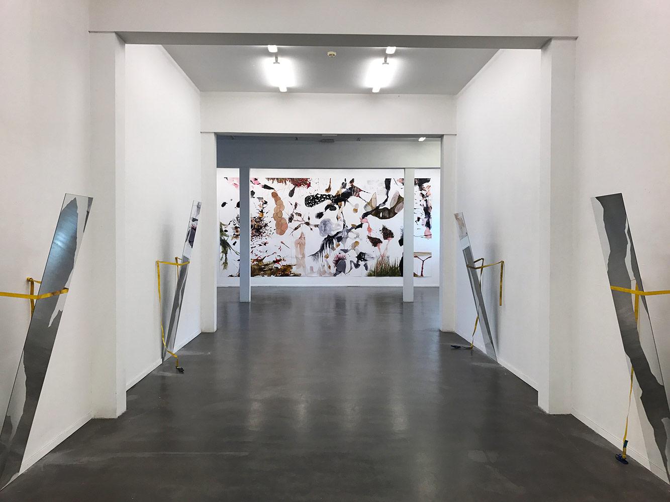 Kleines All - Mischtechnik auf Karton - 350 x 700 cm - Ausstellungsansicht Kunstraum 2016/2017- im Vordergrund Spiegelinstallation von Alex Lebus /Berlin