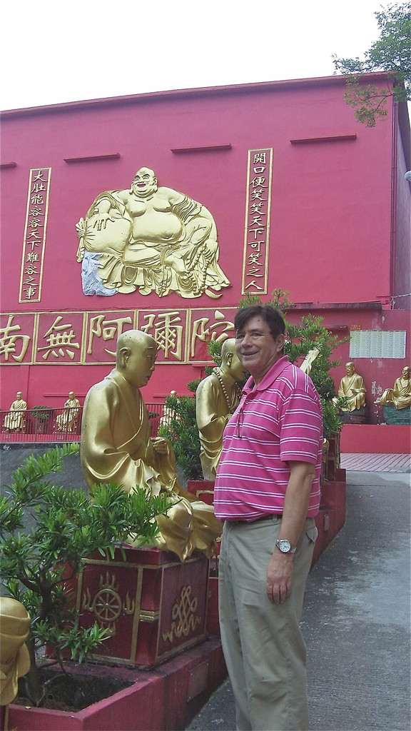 There are actually more than 10,000 Buddha statues here, all different!!