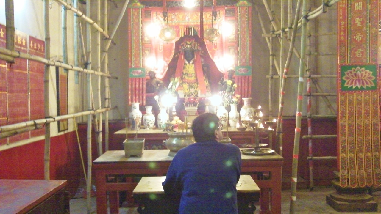 Man Mo Temple, Ladder St. HK, John praying