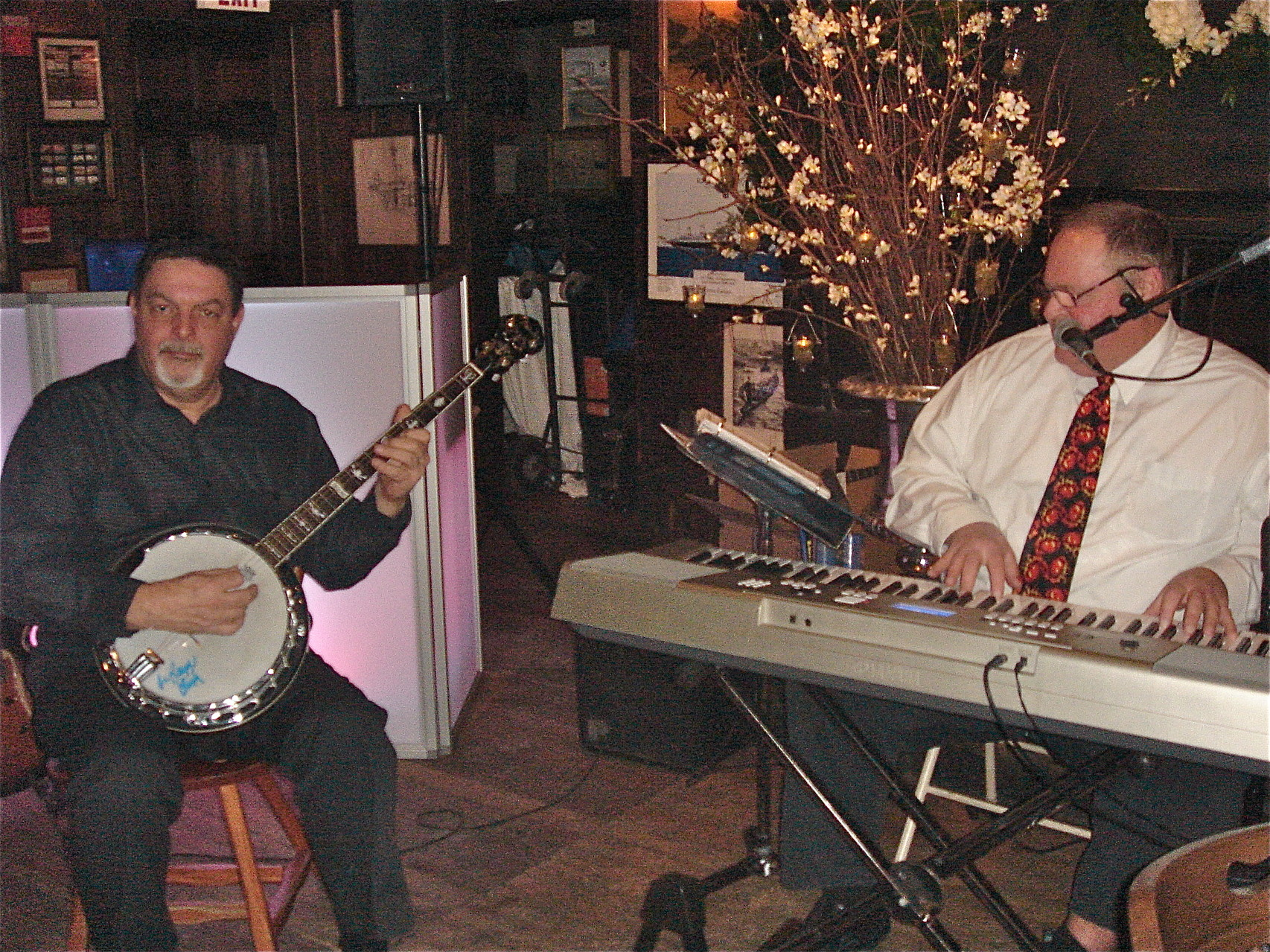 The banjo player led the festivities during the cocktail hour