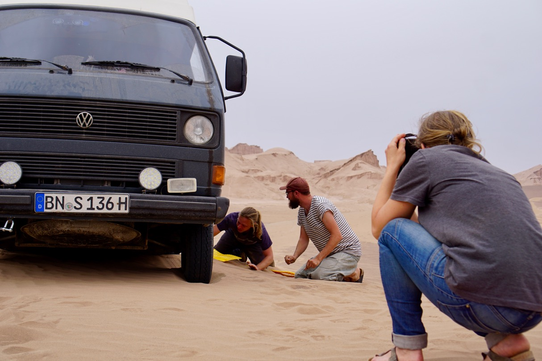 Klassische Aufgabenverteilung: Die Männer fachsimpeln, die Frauen dokumentieren, Merle verjagt die Wüstengespenster