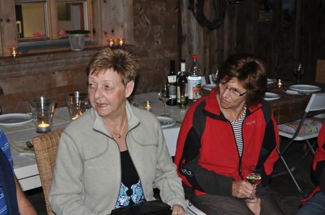 Ruth und Claire hören aufmerksam den Anekdoten der DÄMPLER zu