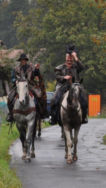Dänu Ramseier und Ürsu Fankhauser treffen mit ihren schönen Pferden ein