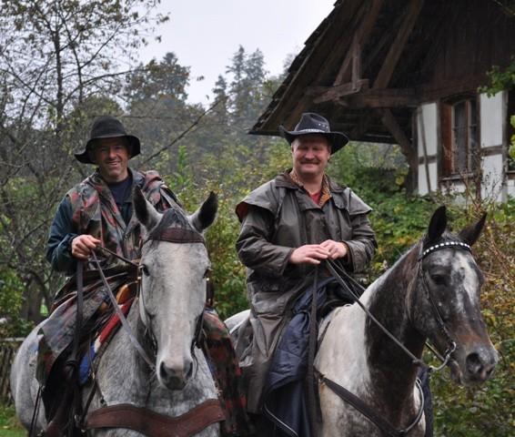 schöne Pferde mit sympathischen Reitern, man kennt sich seit Jahrzenten