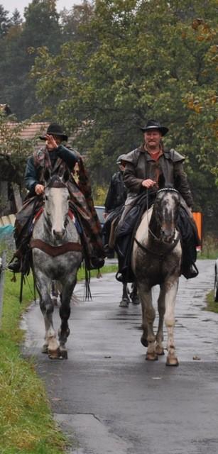 richtige Cowboys, die zur Haslikehr Ranch reiten